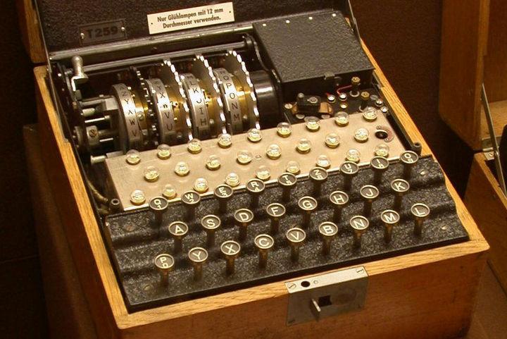 enigma maszyna szyfrująca typu tirpitz - Greg Goebel - CC Wikipedia