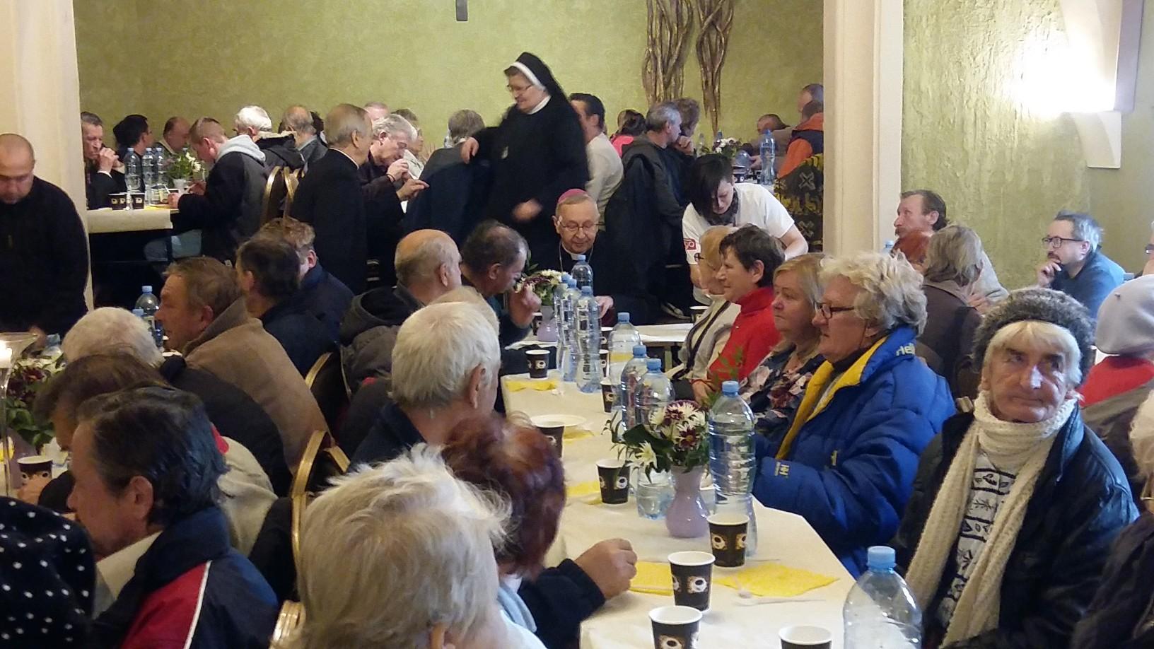 obiad z metropolitą dla bezdomnych caritas - Magdalena Konieczna