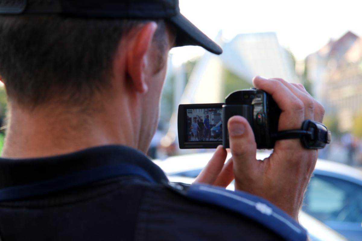policja policjant film kamera filmuje - Marcin Wesołowski
