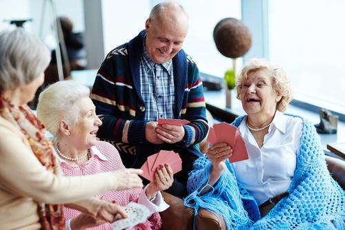 seniorzy spotkanie dziadkowie - Fotolia