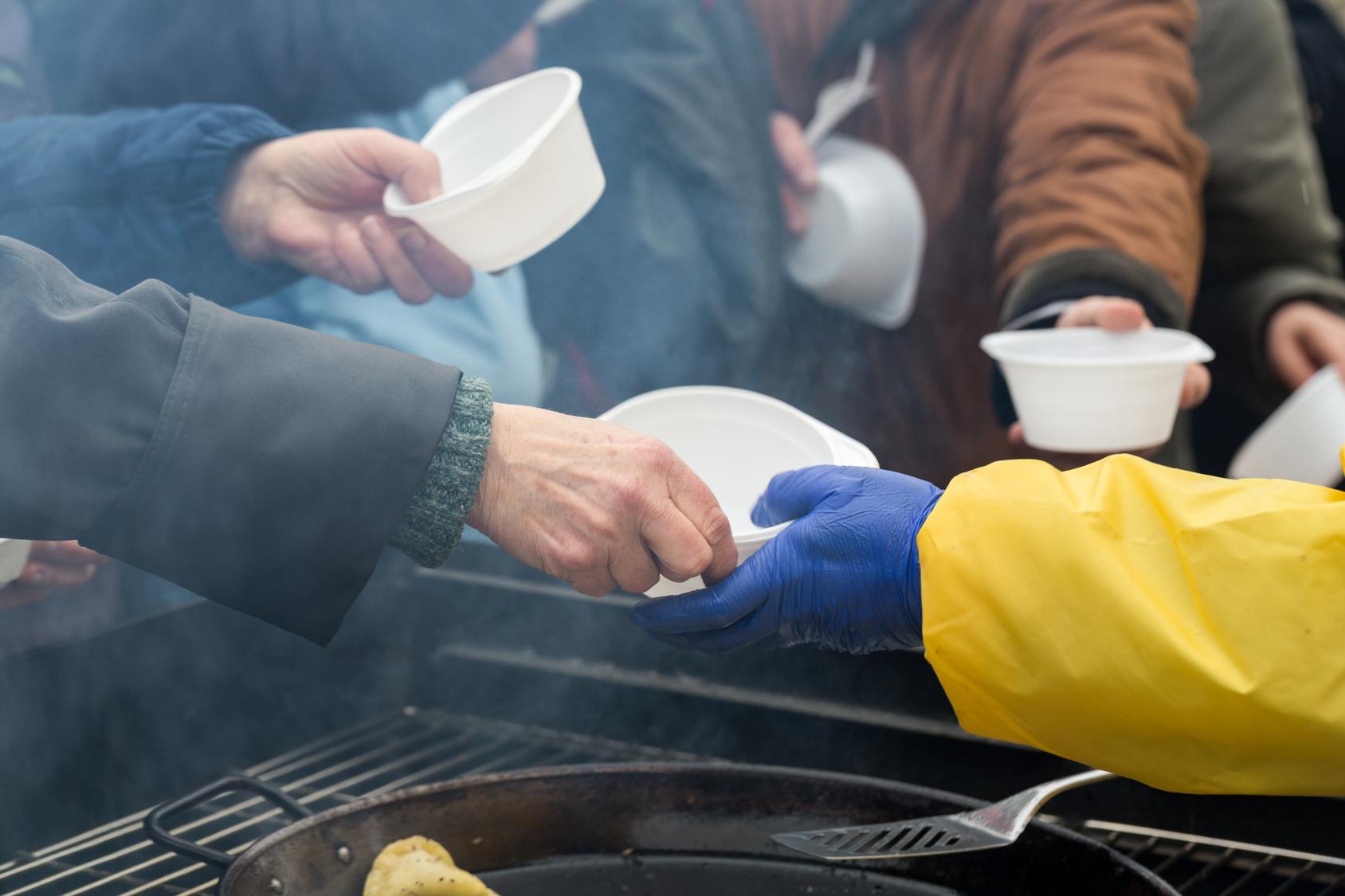 bezdomny bezdomni zupa ogrzewanie - Fotolia