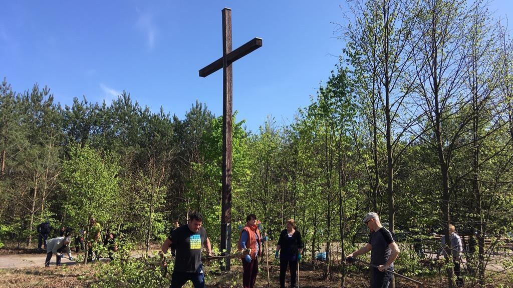 gębarzewo porządkowanie 1 maja krzyż papieski - Rafał Muniak