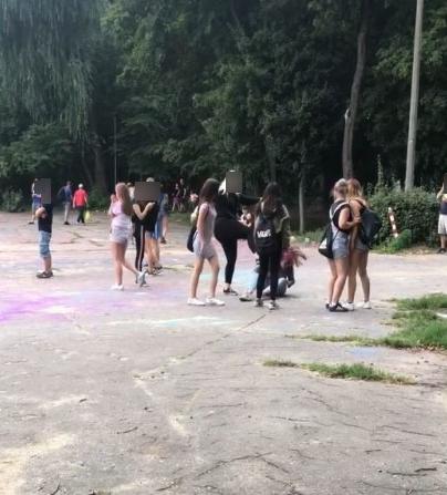 bójka nastolatek nastolatki festiwal kolorów - wtk.pl