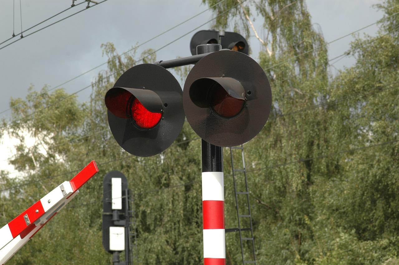 dróżnik rogatki przejazd kolejowy - pixabay