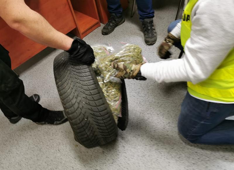 przewoził narkotyki w kole zapasowym - KPP Leszno