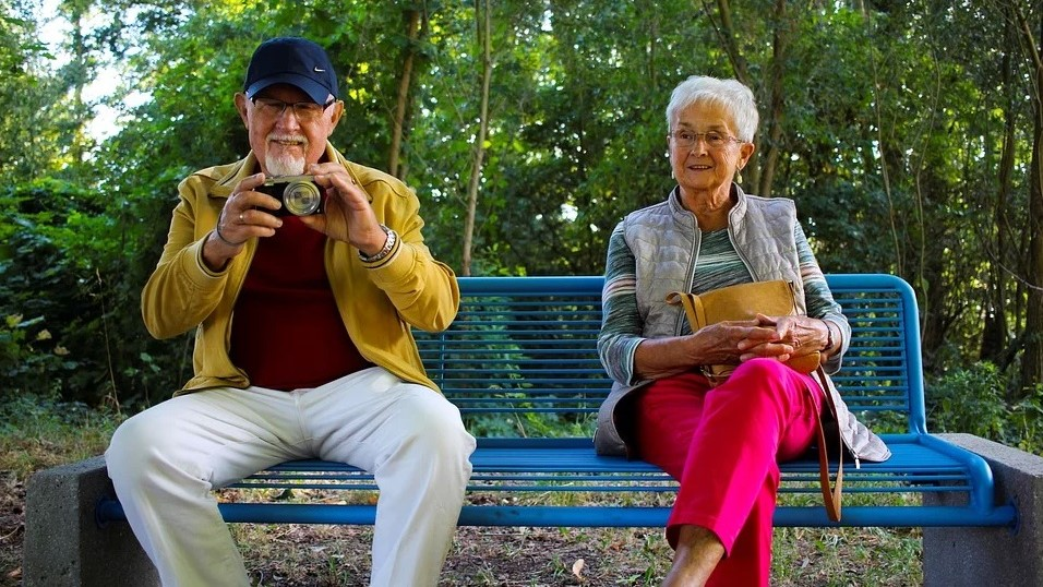 babcia, dziadek, seniorzy  - pixabay