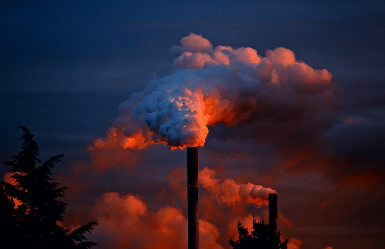 fabryka zanieczyszczenia smog dym komin kominy gazy - Pexels.com