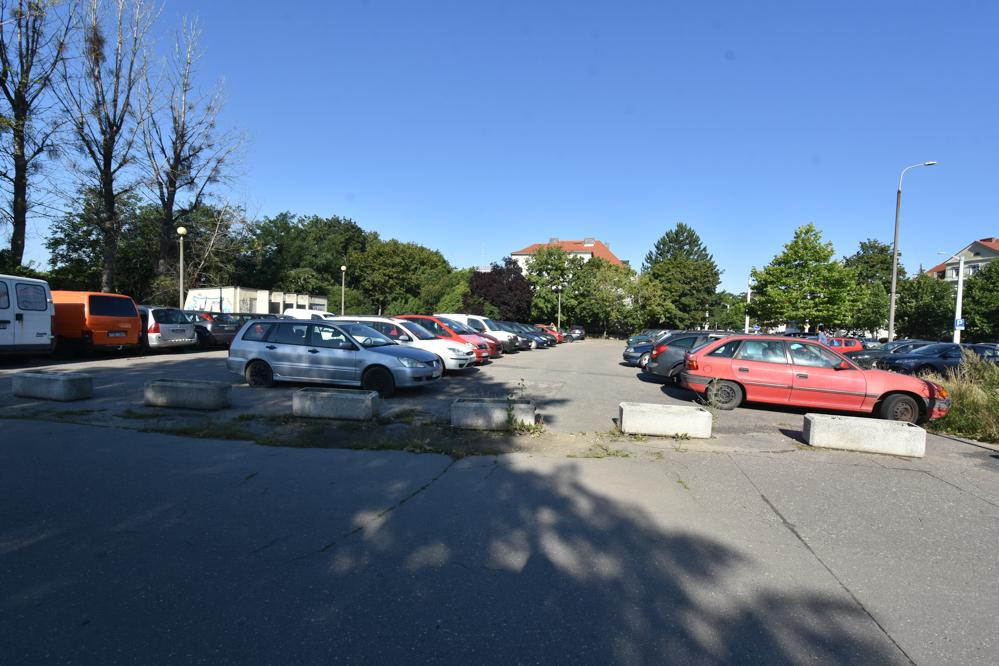 Poznaniak zwozi wraki na ogólnodostępny parking na Łazarzu - Wojtek Wardejn