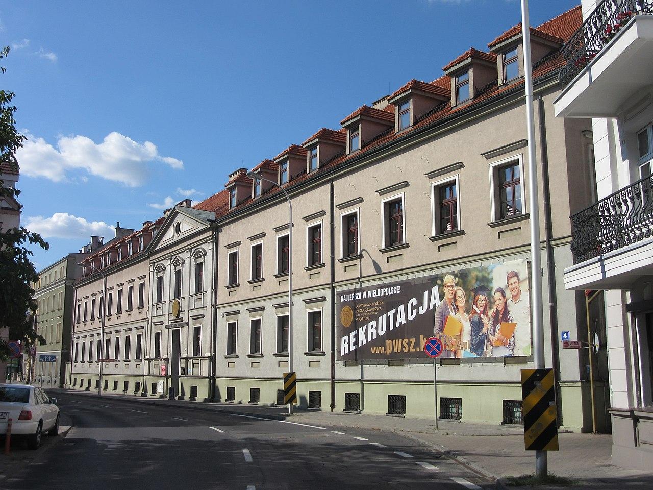pwsz kalisz - Peżot - Praca własna, CC BY-SA 4.0, https://commons.wikimedia.org/w/index.php?curid=70881828