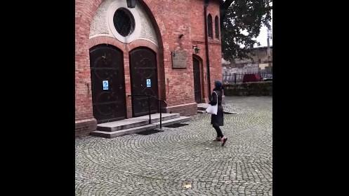 Wicedyrektorka Galerii Arsenał obrzuciła jajami drzwi kościoła - FB: Nie Zofia Nierodzińska